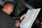 Studerer kartet
