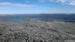 Utsikt fra toppen som var uten varde og som før så en ny topp med varde.