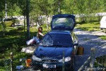 Marit vasker bilen før vi starte fra hytta på Skaidi