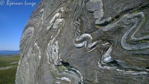 På oversiden av Rottvannet og skillevannet kom æ over denne maleriske steinen.