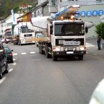 Sjøgren frakter Dash-8 gjennom bygatene i Hammerfest