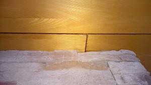 Overgang mellom pipe og tak i stue, en kan se vannskade på takbord