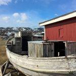 Båt fra en svunnen tid og den moderne i bakgrunnen