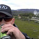 Pause ovenfor kirka med en kald drikk