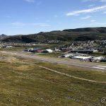 Hammerfest lufthavn sett fra Vardefjellet