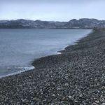Artig bølgeformasjon i steinfjæra