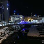 Nye kaipromenaden i Hammerfest lyssatt med blått lys