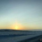Har akkurat passert Áisaroaivi og sola delvis skjult av snøfokk