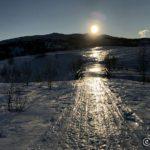 Isen på skarasnøen speile sæ i solstrålene