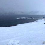 Vanskelig å se pga. snøbygene, men isflakene som lå i elva er på tur ut på Revsbotn