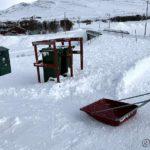 Vel hjemme har æ fått brøytet veien, men måtte kjøre bort snø ved søppeldunkene