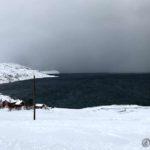 Men ute på fjorden er det nye byger som skal fylle på med mer snø