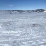 På Juksavann visste æ at noen fisket i går og gikk dit for å fylle vannflaska. men alle hull var frosset