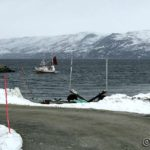 På tur mot havna og en fiskebåt er på tur inn
