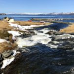 Flomstor elv og en og annen isklump seile nedover
