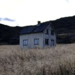 Huset på Storjord, ser nesten ut som et spøkelseshus, spesielt med gardinene flagrende i vinden