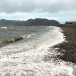 Bølgene slår innover steinfjæra