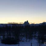 Kokelv kirke i silhuett mot vinterhimmelen