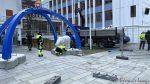 Isbjørnene ved byportalen er under montering etter reparasjonen