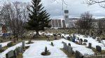 Passerer kirkegården med kirka i bakgrunnen