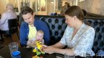 På kafé, og Christian og Helene koser seg med Lucas