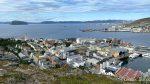 Sentrum av byen med Håja der ute og kan skimte hurtigruta på tur inn
