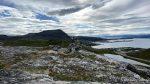 En liten varde med Rypefjord og Tyven i bakgrunnen