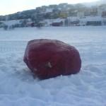 """""""Rød steinen"""" på Storvannsisen i Hammerfest. En kunne tippe dato den gikk gjennom isen. 4. mars 2008 (MMS-foto)"""