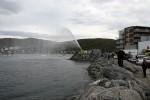 Også brannbilen på moloen spruter vann utover sjøen