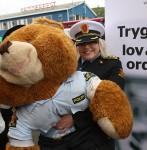 Politiet er representert av Line Schengen og en bamse