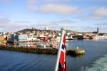 Vi forlater Vardø, smalt mellom moloene