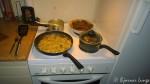 ...lage middag, og det blir hjemmelagde kjøttkaker, potet, ertestuing og stekt løk, og en iskald halvliter.