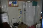 Toalett og bad er i kjelleren