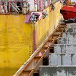 Taubåtene sørger for at lekteren ikke drifter av