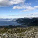 Tåka ligger inne i små fjorder og daler