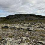 Fra Russefjelltoppen går turen mot toppen på bildet, Samuelstoppen
