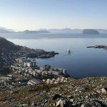 Utsikt mot byen og havna