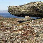 Rett under Rottoppen var denne steinen sirlig plassert på en mindre