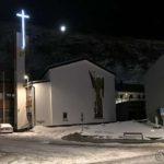 Den katolske kirka i Hammerfest og månen hviler på Salen