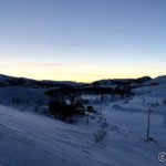 Tre uker til så kan man så vidt se sola over fjellene