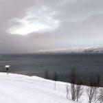 Snart ved Masterelv og bygen kommer nærmere og sola skinner på fjellet, enn så lenge