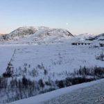 Selv på Ringstadtoppen skinner ikke sola ennå, men fjellene bak skinner den