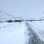 Veien holder seg snøfri siden vinden blåser langs veien