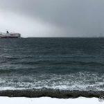 Hurtigruta ved kai og sjøen ligger så en nesten kan si det er havblikk