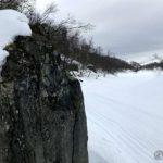 En bautastein som ligger ved elvebredden rett nedenfor pissteinen