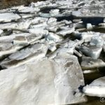Under Russelvbrua var isflakene så stor at det ikke kom sæ mellom brukarene