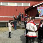 På skoleplassen samles folket