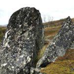 Steinen vi ser fra veien ser slik ut fra en annen vinkel