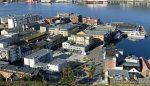 Hammerfest sentrum og en del folk ute i finværet