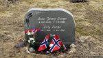 Var å pyntet litt til 17. mai på mamma og pappa sin grav i fjordadalen